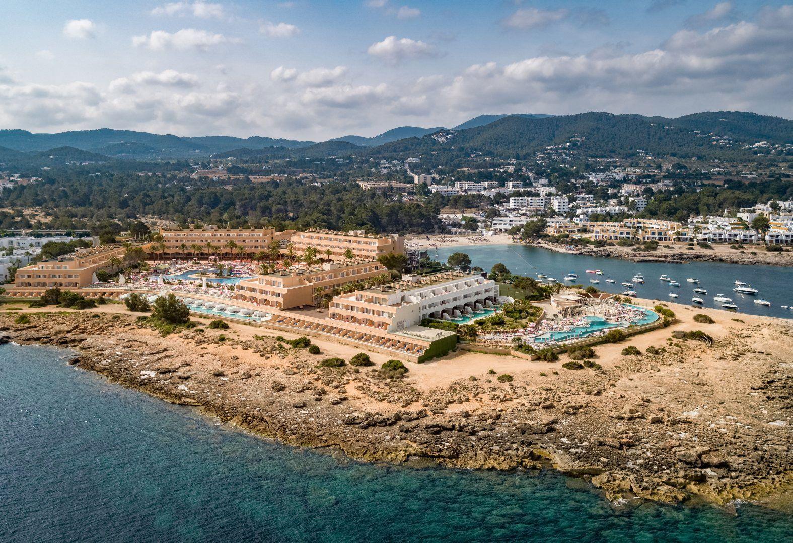 Instalaciones del hotel Sirenis Seaview Country Club y playa de Port d'es Torrent al fondo, Ibiza