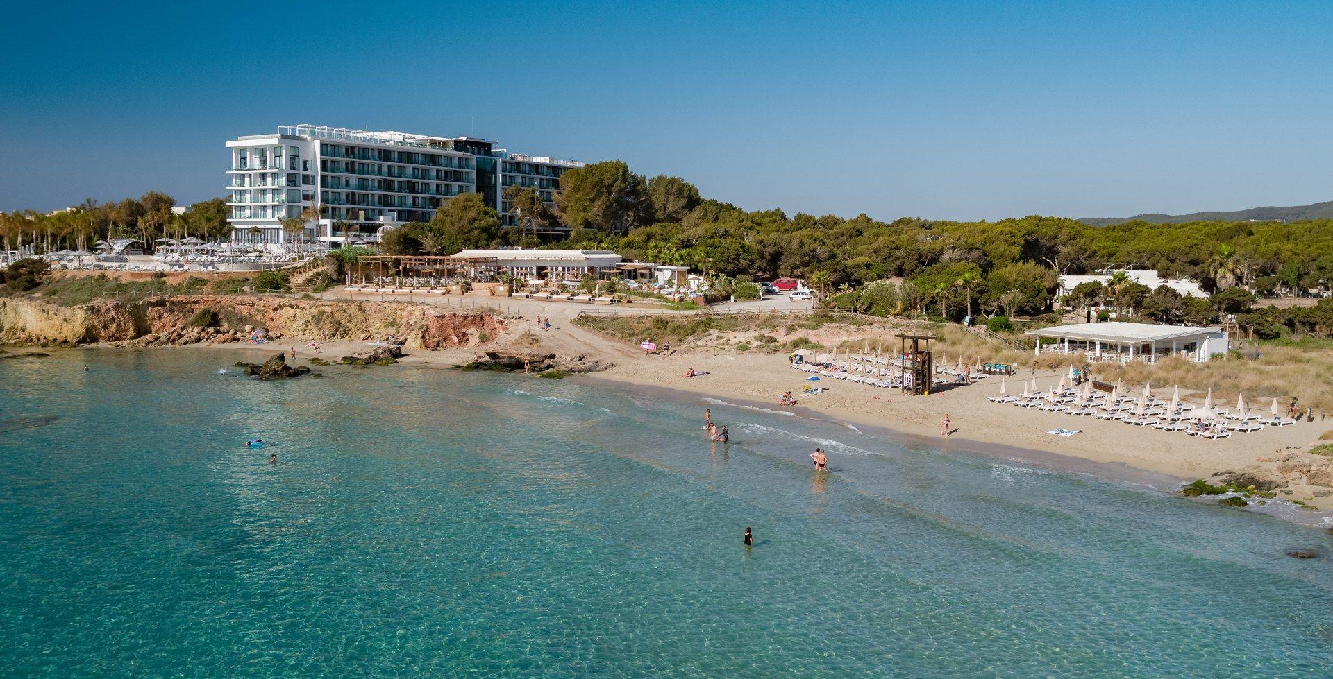 Bless Hotel Ibiza, Atzaró Beach y Atzaró Chiringuito. Playa de Cala Nova, Ibiza